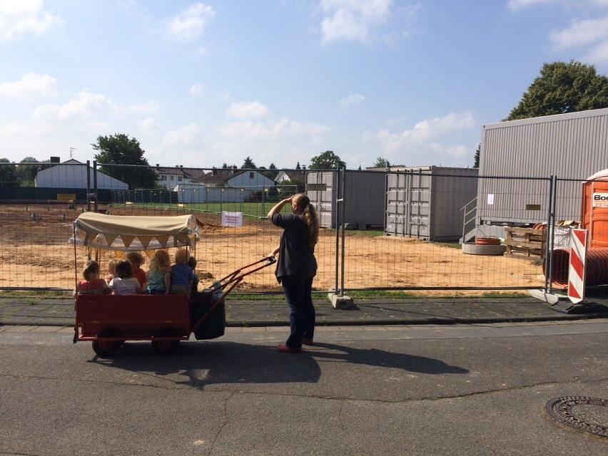 21. August 2015: Interessiert schauen die Spielkreiskinder, was sich auf der Baustelle tut.