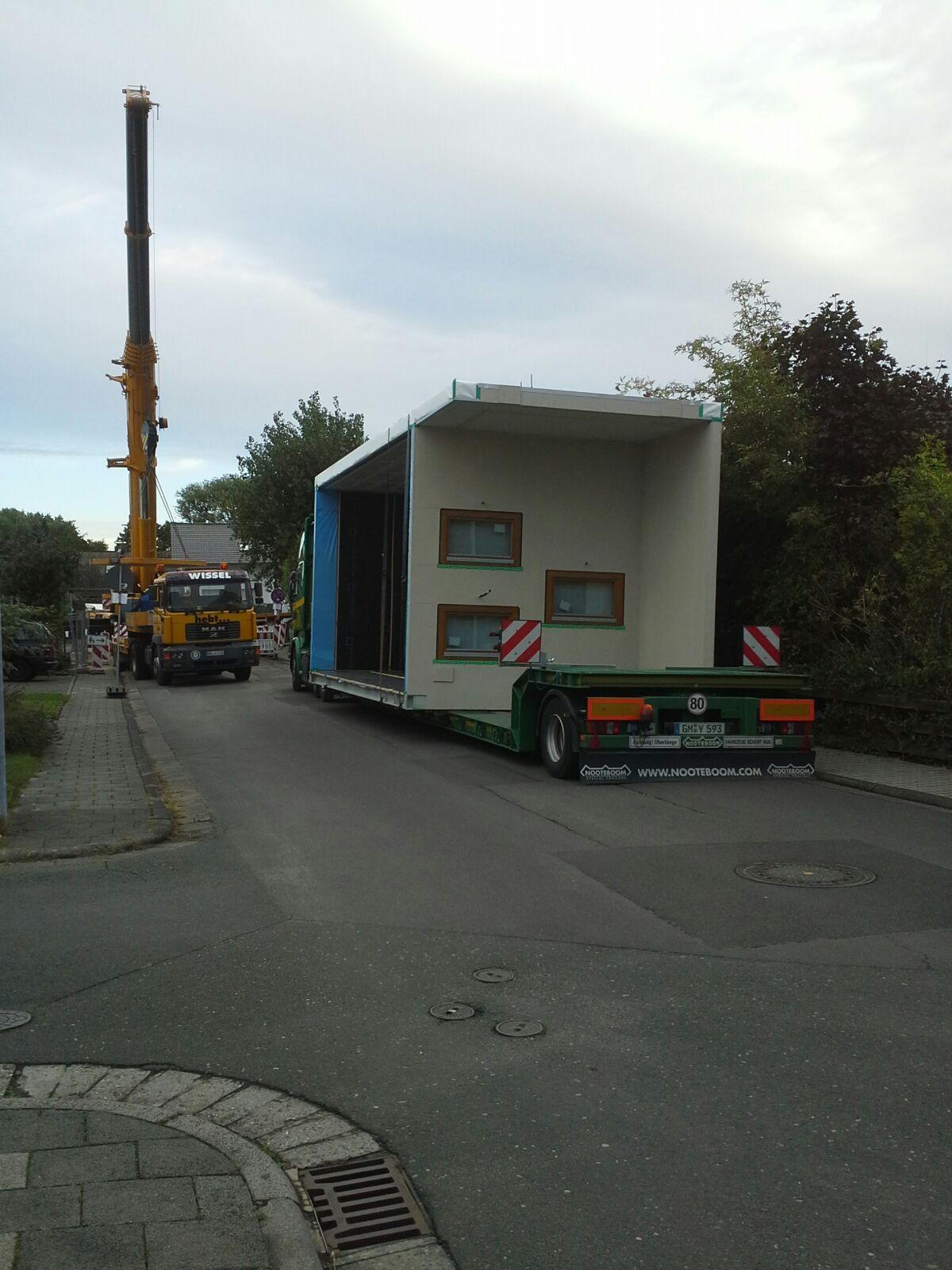 15. September 2015: 8 Uhr – Das erste Modul auf dem LKW.